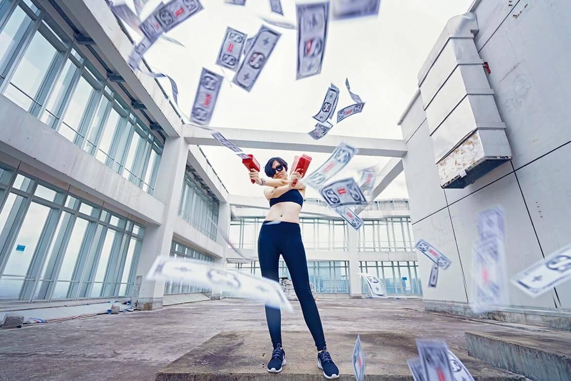 Femme jouant avec un distributeur portatif de billets