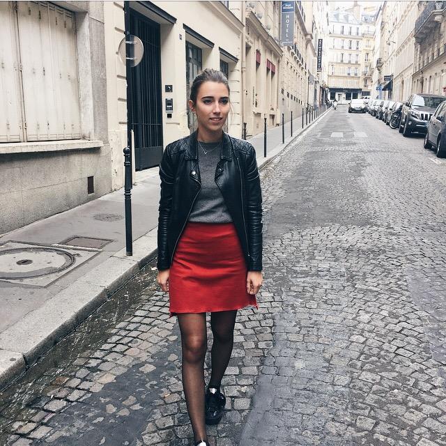 La créatrice Mapùrnia posant avec son pantalon créé sans patron de couture
